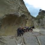 ウェーブロックと呼ばれている岩の下で波乗り風?波と風で侵食されてできた不思議な岩でした。
