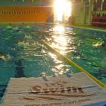 朝日にパワーをもらって泳ぐ
