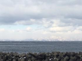 船長宅前の風景。雲の切れ間から北海道のゴール地点が見えました。
