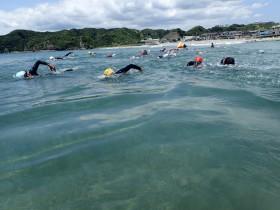 昨年、守谷海岸にてレース前に行われた練習会の様子。すっごい透明度!